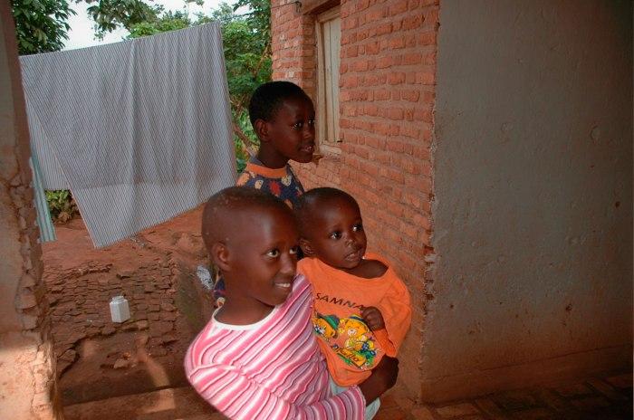 enfants-orphelins-devant-leur-maison