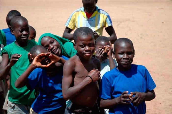 uganda-straatjongens-glimlachend